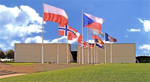 http://lyc-perrin-soa.ac-versailles.fr/portail/IMG/jpg/memorial_caen_image-0257a.jpg